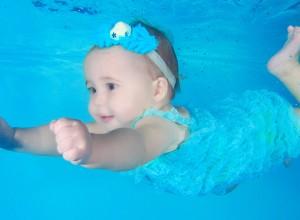 Πώς η κολύμβηση βοηθά τα βρέφη;